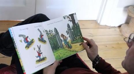 """Ο Άξελ Σέφλερ διαβάζει από το """"Τικ και Τέλα: Το Σούπερ Πατίνι"""" screen shot"""